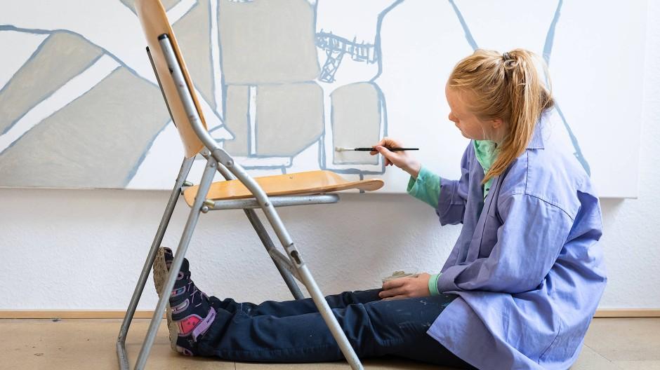 """Auftragsarbeit: Tina Herchenröther arbeitet im Atelier Goldstein an einem Bild zum Oberthema """"Superhelden"""""""