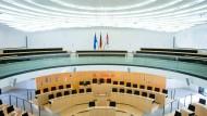 Von oben herab geschaut: Blick von der Besuchertribüne in den Plenarsaal des Hessischen Landtages