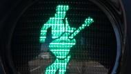 Gitarre inklusive: Seit neuestem gibt es Elvis in Bad Nauheim auf Ampeln.
