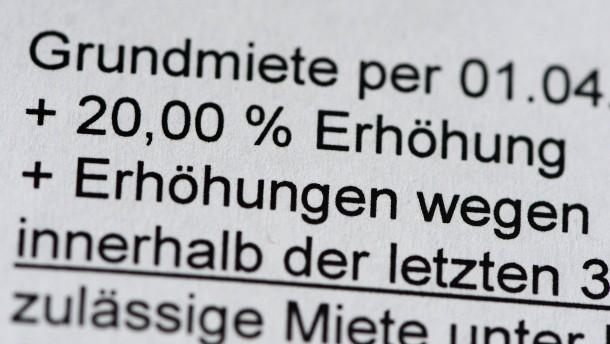 """""""Herausgerissene Türen, Schutt im Treppenhaus"""""""