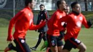 Im Fluss: Die Spieler laufen, Trainer Kovac schaut zu und schmiedet an seinem Plan für die Partie der Eintracht in Mönchengladbach.