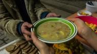 Suppenküche: Der Paritätische Wohlfahrtsverband sieht die Zahl der Bedürftigen steigen, viele sind auf die warmen Mahlzeit angewiesen, die soziale Organisationen austeilen.