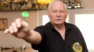 "Treffsicher: Der 74 Jahre alte Neu-Isenburger Robert Ryan gilt in Deutschland als ""Godfather of Darts""."
