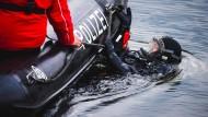 Taucher der Bereitschaftspolizei haben die Leiche bei der Suche nach illegal entsorgten Gegenständen entdeckt. (Symbolbild)