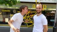 Dichterwettstreit: Die Poetry-Slammer Sebastian Kramer und Finn Holitzka (rechts)