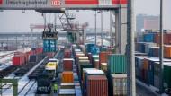 16 Container im Güterbahnhof aufgebrochen