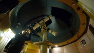 Beobachtungsposten: Im alten Kirchturm auf dem Johannisberg stehen die Teleskope der Volkssternwarte Wetterau, durch die man ins All blicken kann.