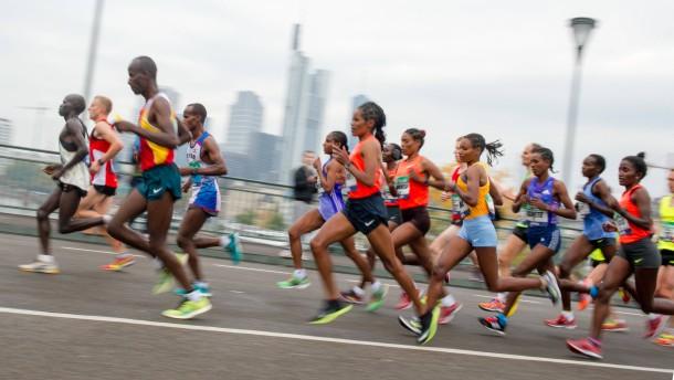 Flaschenwerferin verletzt Läuferin