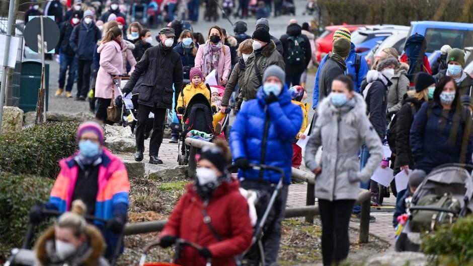 Besuchersturm: Viele Familien stehen vor der Wiedereröffnung des Opel-Zoos Schlange.
