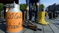 """""""20 Cent/Liter - schämt euch"""": Demonstration für """"faire Milchpreise"""" am Rande des sogenannten Milchgipfels am Montag"""