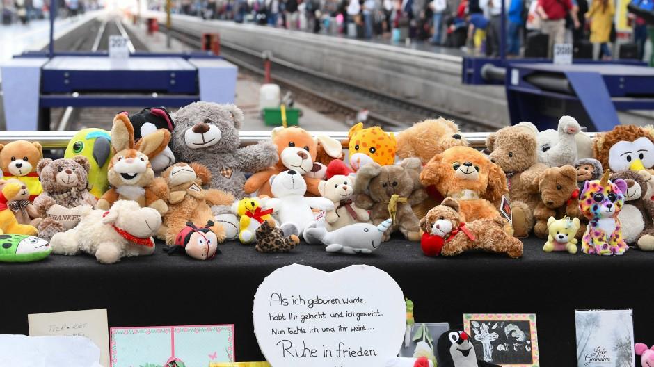 Nach der Tat: Im vergangenen Jahr haben Menschen haben viele Kuscheltiere und Beileidsbekundungen an Gleis 7 des Frankfurter Hauptbahnhofs gelegt.