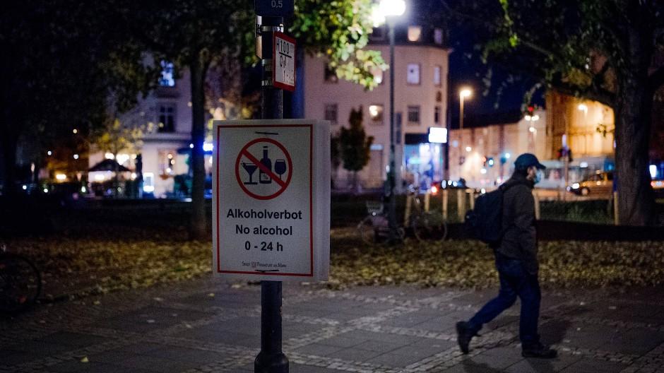 Verwaist: Der sonst gerne von Partyvolk genutzte Friedberger Platz in Frankfurt im Corona-Modus