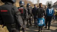 Manndeckung: Polizisten eskortierten Fans von Waldhof Mannheim zum Kickers-Stadion.