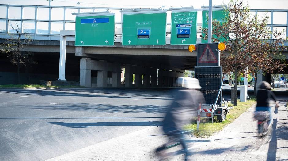 Mit dem Rad zum Flughafen: Derzeit müssen Pendler an sechs Ampeln halten und eine mehrspurige Straße umfahren, um zu Terminal 2 zu kommen.