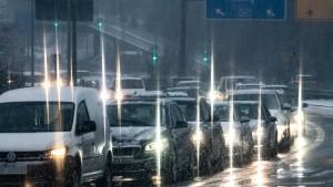 Straßenglätte und Staus verlangen Pendlern viel Geduld ab