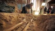 Beinhaus: Der Archäologe Ronald Knöchlein, der die Ausgrabungen in der Kirche leitet, an der Fundstelle eines Skeletts aus dem 18. Jahrhundert