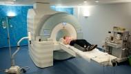Entwicklung des Tumors beobachten: Eine Patientin liegt auf der Liege eines Magnetresonanztomografen, kurz vor der Untersuchung. (Archivbild)