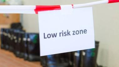 Kein großes Risiko: Hinweisschild bei einer Ebola-Schulung des Deutschen Roten Kreuzes für freiwillige Helfer.