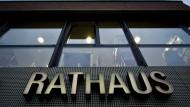 Rathaus in keinem guten Licht: Seit Wochen ist der Eschborner Bürgermeister Mathias Geiger wegen Spionage-Vorwürfen in der Diskussion.