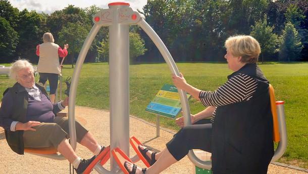 Rosemarie Heilig - Die Umweltdezernentin (Die Grünen) eröffnet die neue, siebte Fitness-Anlage in einem Frankfruter Park, dieses Mal im Martin-Luther-King-Park