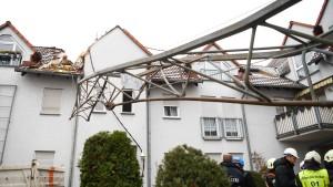 Baukran zerbricht und kracht in Wohnhaus