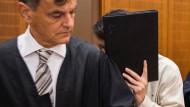 Prozessbeginn: ein 27-jähriger Autofahrer muss sich vor dem Landgericht Frankfurt für Totschlag, Körperverletzung und gefährlichen Eingriff in den Straßenverkehr verantworten.