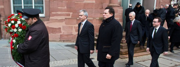 Den Opfern: Oberbürgermeister Peter Feldmann und Stadtverordnetenvorsteher Stephan Siegler (dritter von rechts) auf dem Weg zur Niederlegung des Kranzes an der Paulskirche