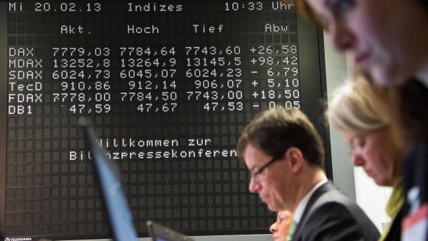 Deutsche Börse - Der Vorstandsvorsitzender Reto Francioni stellt auf der Bilanz-Pressekonferenz der Deutschen Börse die Geschäftszahlen 2012 vor und berichtet über ein neus Sparprogramm.