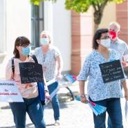 Fünf vor zwölf: Bei ihrer Protestaktion bleiben die Karstadt-Beschäftigten weitgehend unter sich.