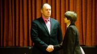 Sieht dem Abwahlverfahren entgegen: Freddy Kammer, Bürgermeister von Hirzenhain, hier mit Monika Schermuly von der Gemeindevertretung