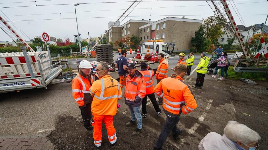 Die Bauarbeiten beginnen: Experten besprechen vor Ort das Vorgehen.