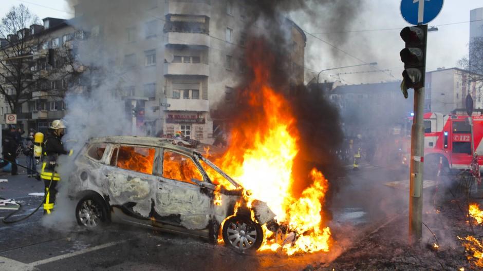 Am Morgen des 18. März: brennendes Polizeiauto an der Hanauer Landstraße.