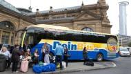 """Noch fahren sie: Der Offenbacher Fernbus-Betrieb """"DeinBus"""" hat Insolvenz angemeldet."""