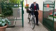 Per Damenrad: Gerhard Heinrich bringt Kranken die Kommunion ans Bett.