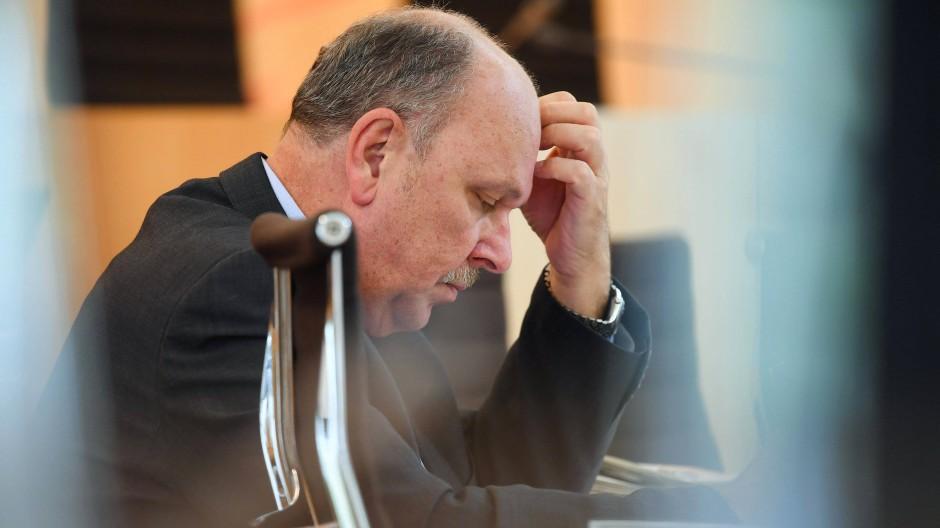"""""""Der Lohnatlas leistet einen wesentlichen Beitrag dazu, bestehende Lohnlücken zu schließen"""": Minister Stefan Grüttner"""