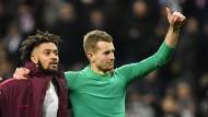 Daumen hoch: Eintracht-Torwart Hradecky und Mitspieler Hector