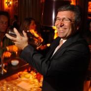 """Der Mann, dem die Durstigen vertrauten: Andrès Amador kam 1976 in das Hotel und dort in """"Jimmy's Bar"""", er wurde eine Legende hinter dem Tresen und blieb bis zu seiner Pensionierung 2016."""