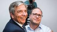 Glücksmoment: Wahlsieger Gert-Uwe Mende (links) mit seinem gerührten Stadtverbandschef Dennis Volk-Borowski