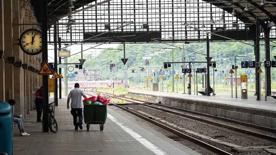 Verwaist: Der nahezu menschenleere Hauptbahnhof in Wiesbaden zur Mittagszeit am Montag