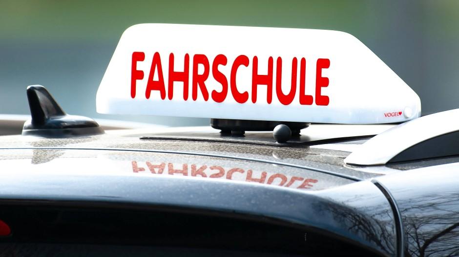 Unterricht: Fahrschulen dürfen in Hessen Fahrstunden anbieten.