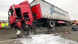 Lastwagen bleibt auf Mittelschutzwand liegen