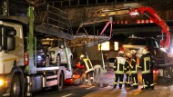 Autotransporter fährt sich unter Brücke fest