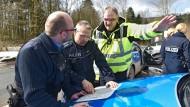 Spurensuche: Polizisten an Karfreitag sichten Karten nach dem Absturz des Kleinflugzeug nahe Kleinalmerode