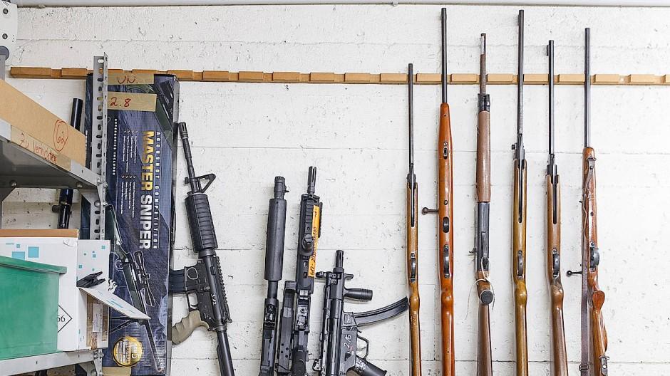 Altmetall: Beschlagnahmte Waffen in einer Asservatenkammer der Frankfurter Ermittlungsbehörden