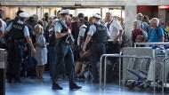 Eine Bombe? Lange blieb am Mittwoch unklar, weshalb weiter Teil des Terminals 1 geräumt werden mussten. Die Passagiere am Frankfurter Flughafen reagieren besonnen.