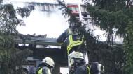 Einsturzgefährdet: das durch einen Brand und eine Explosion schwer beschädigte Haus in Ilbenstadt, in dem eine Leiche gefunden wurde
