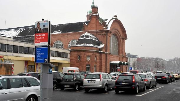 Falschparken - In Wiesbaden kostet das normalerweise 5 Euro, es sei denn man parkt auf einem Parkplatz der Bahn. Dort zahlt man das Fünffache.