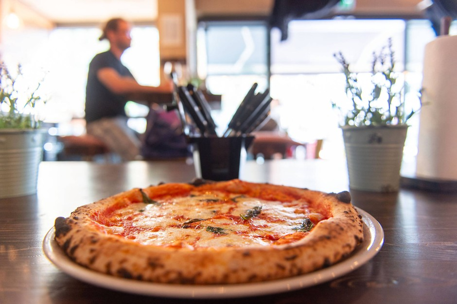 """Zum Reinbeißen: Pizza Margherita aus dem neapolitanischen Pizzaofen des """"Super Bro's"""", der bei 420 Grad diese klassische Pizza in ungefähr 90 Sekunden fertig backt."""