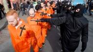 """Gespieltes Grauen: Theateraufführung als Teil einer Demonstration gegen den """"Islamischen Staat"""" in Mainz."""
