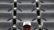 Falls die Eintracht absteigt, würde die Pacht für das Stadion sinken: Ein Fan sitzt auf den leeren Rängen der Commerzbank-Arena in Frankfurt.